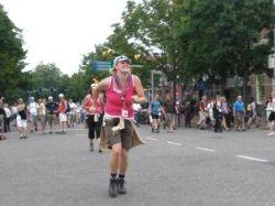Sabine rennend de 1e dag over de finish, voor de rode diesel