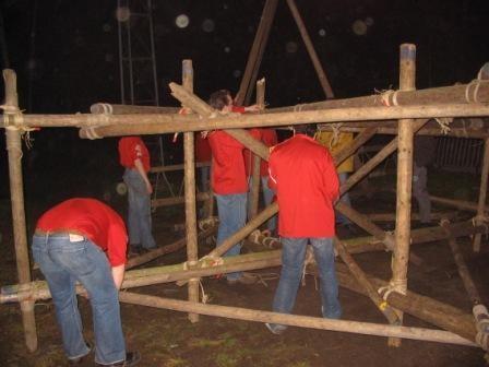 Reuzenrad pionieren, de frames worden aan elkaar bevestigd.