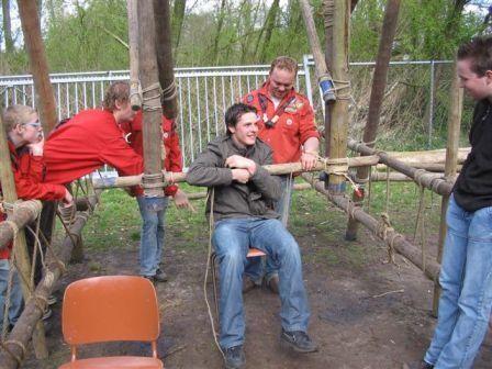 Reuzenrad pionieren, het stoeltje bevestigen.